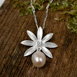 Sterling silver flower necklace with Pearl (SB0106 )