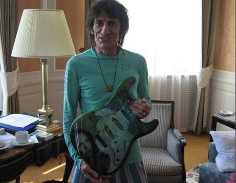 ronnie wood with guitar