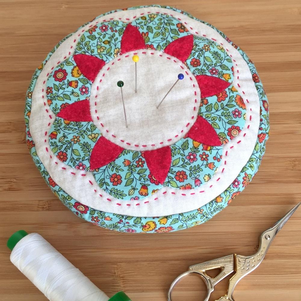 EPP Pincushion Kit in Ditsy Floral - Patchwork Pincushion Kit in Bloom Prin