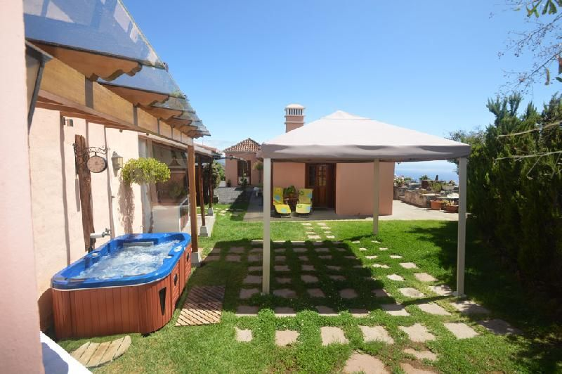 Luxury Jacuzzi, BBQ and Gazebo