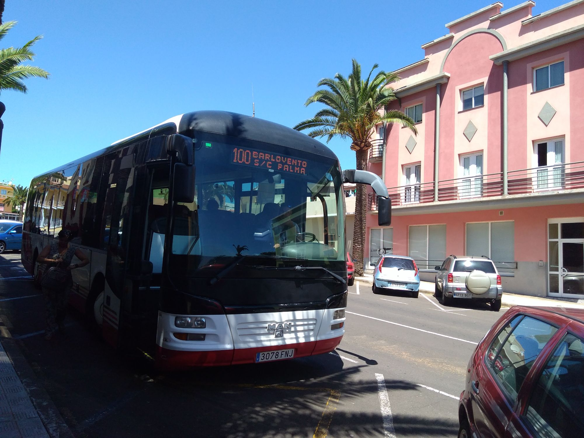 bus barlovento heading south to Santa Cruz
