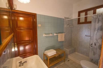 Apt Blanca bathroom
