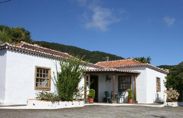 spacious house and gardens to rent la palma