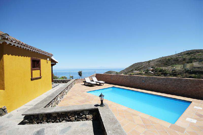 house to rent la Palma with swimming pool sleeps 4 people in two bedrooms puntallana