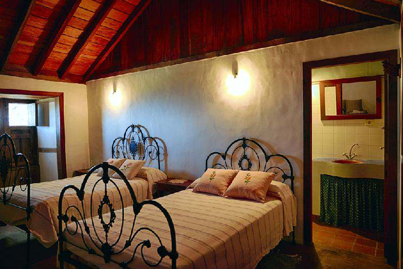 Villa Salazar twin bedroom