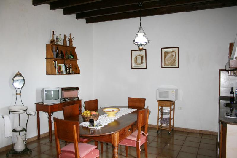villa asuncion II kitchen table