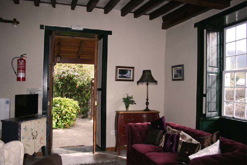 casa el morro lounge with door to outside