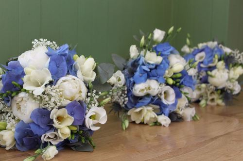 white and blue bridesmaids bouquets