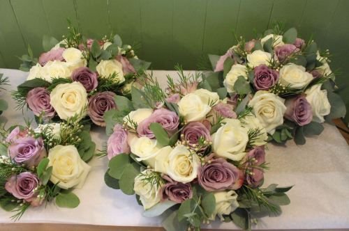 ivory and lilac rose bridesmaids bouquets