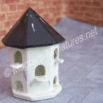 Wall mounted dovecote, half round - 1:24 24th Scale