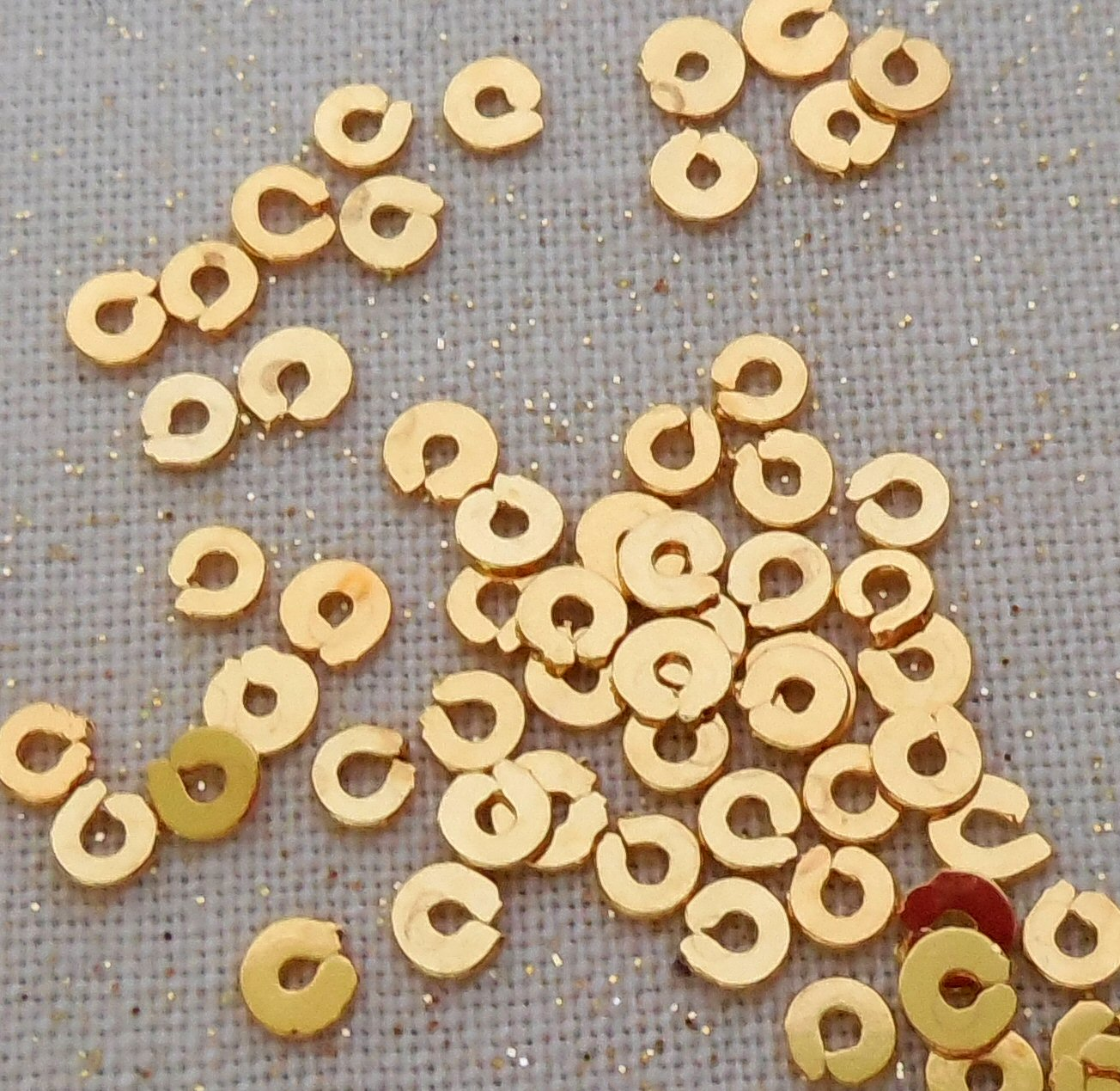 Spangles - gilt F3, 2mm. Qty 10