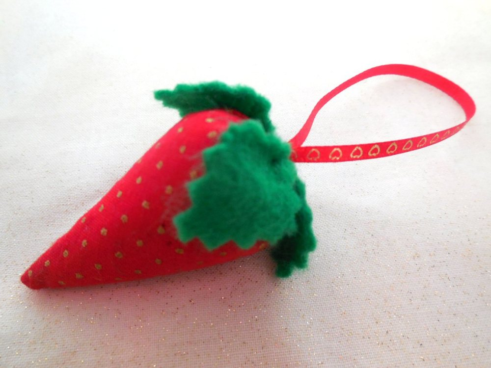 Strawberry needle cleaner