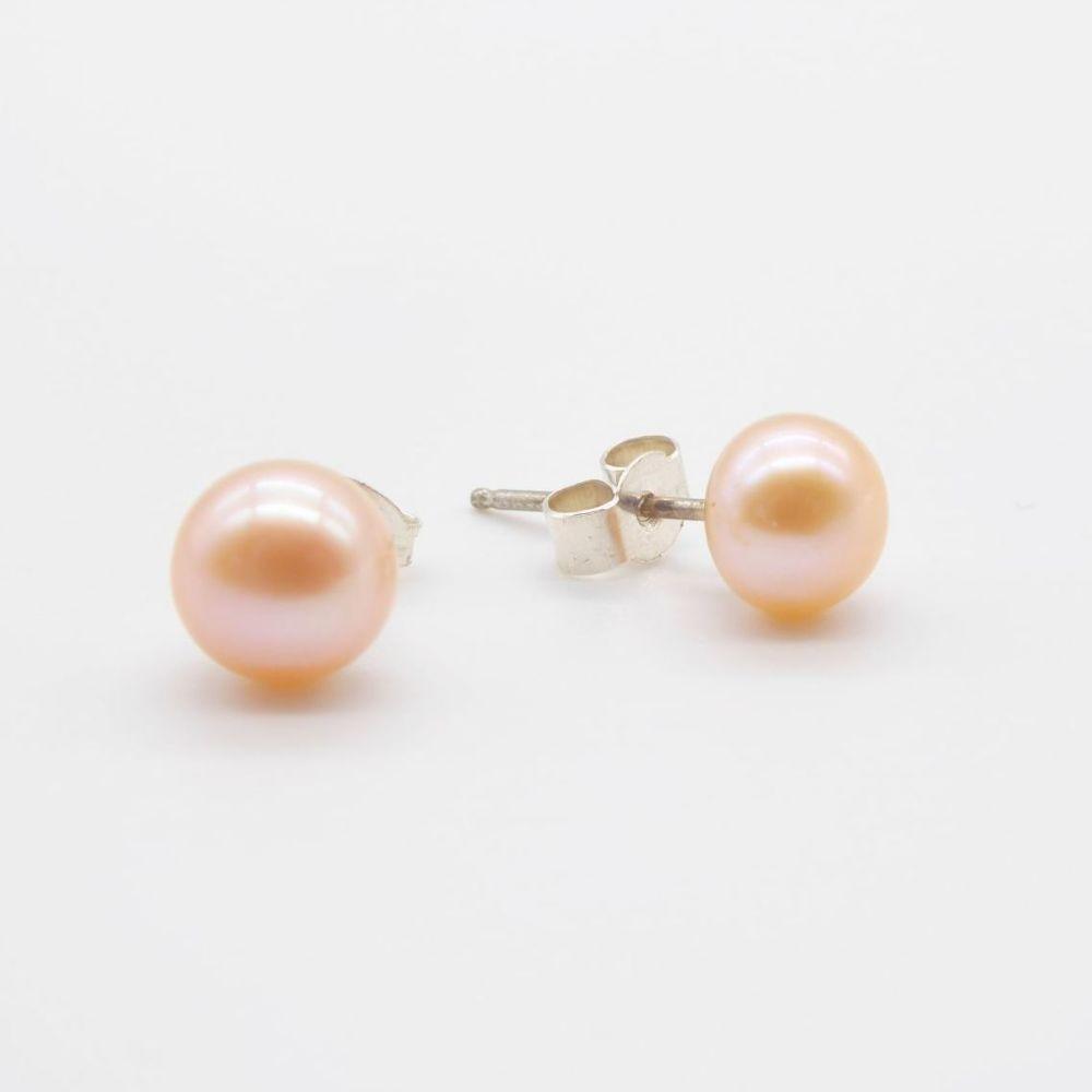 Peach Pearl Studs (es)