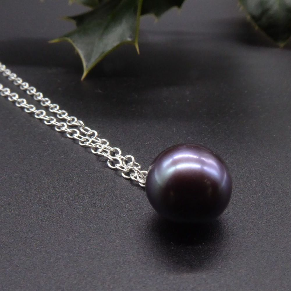 Dainty single black pearl pendant - Purple Hue - 7-8 mm