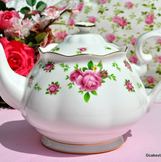 Royal Albert New Country Roses White 2 Pint Teapot