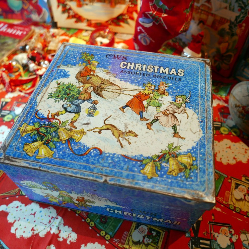 Vintage Christmas Biscuit Tin - Yule Log