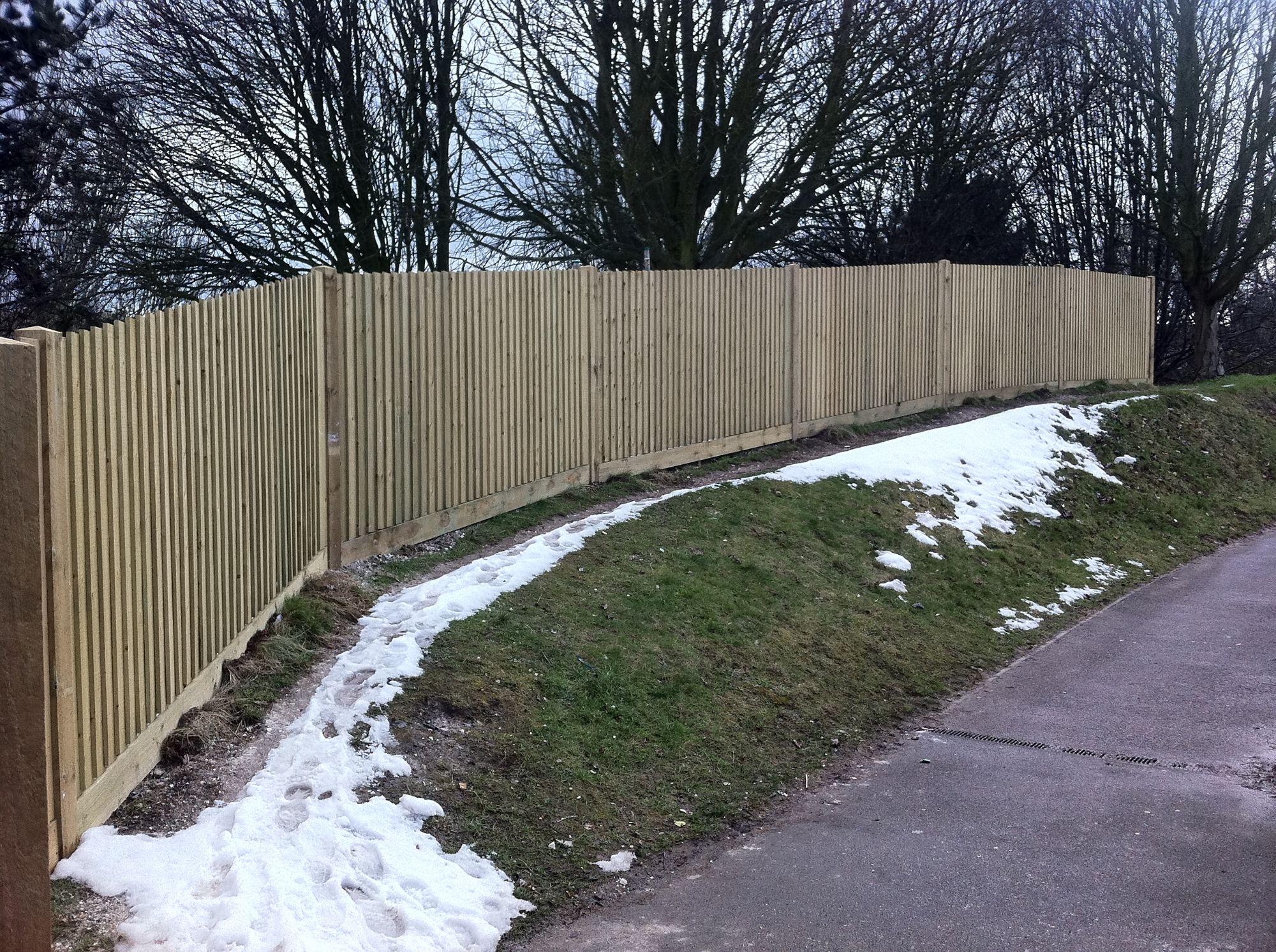 Closeboard fence on arris rails (12).JPG