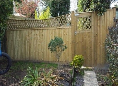 Closeboard fence on arris rails (3)