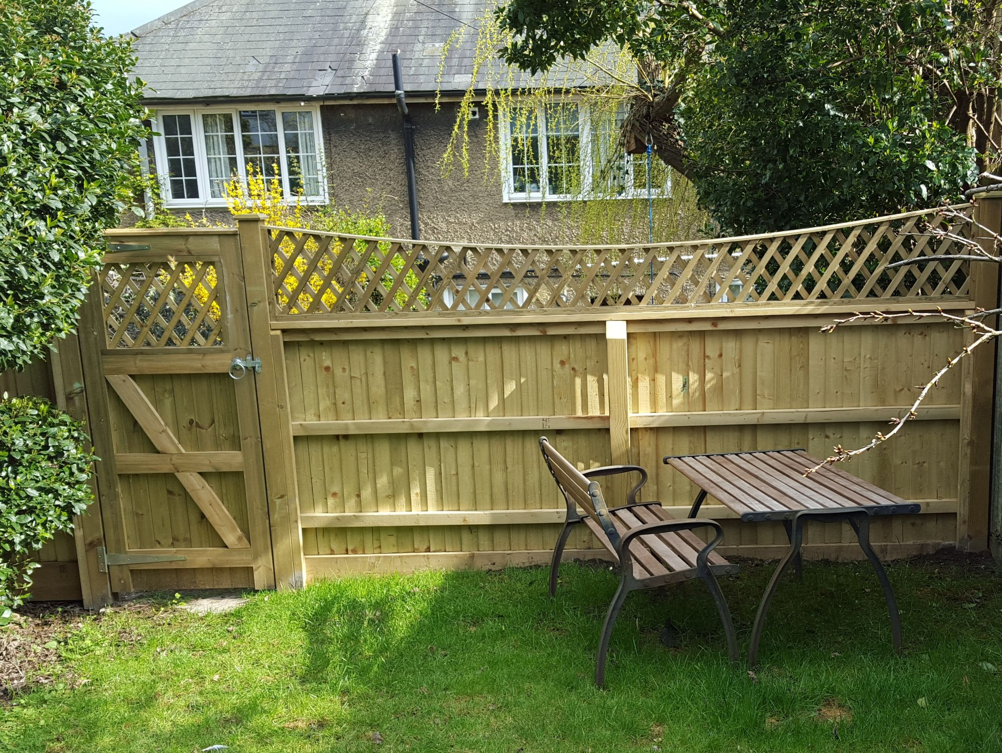 All timber fencing on arris rails with bow top diamond trellis (6)