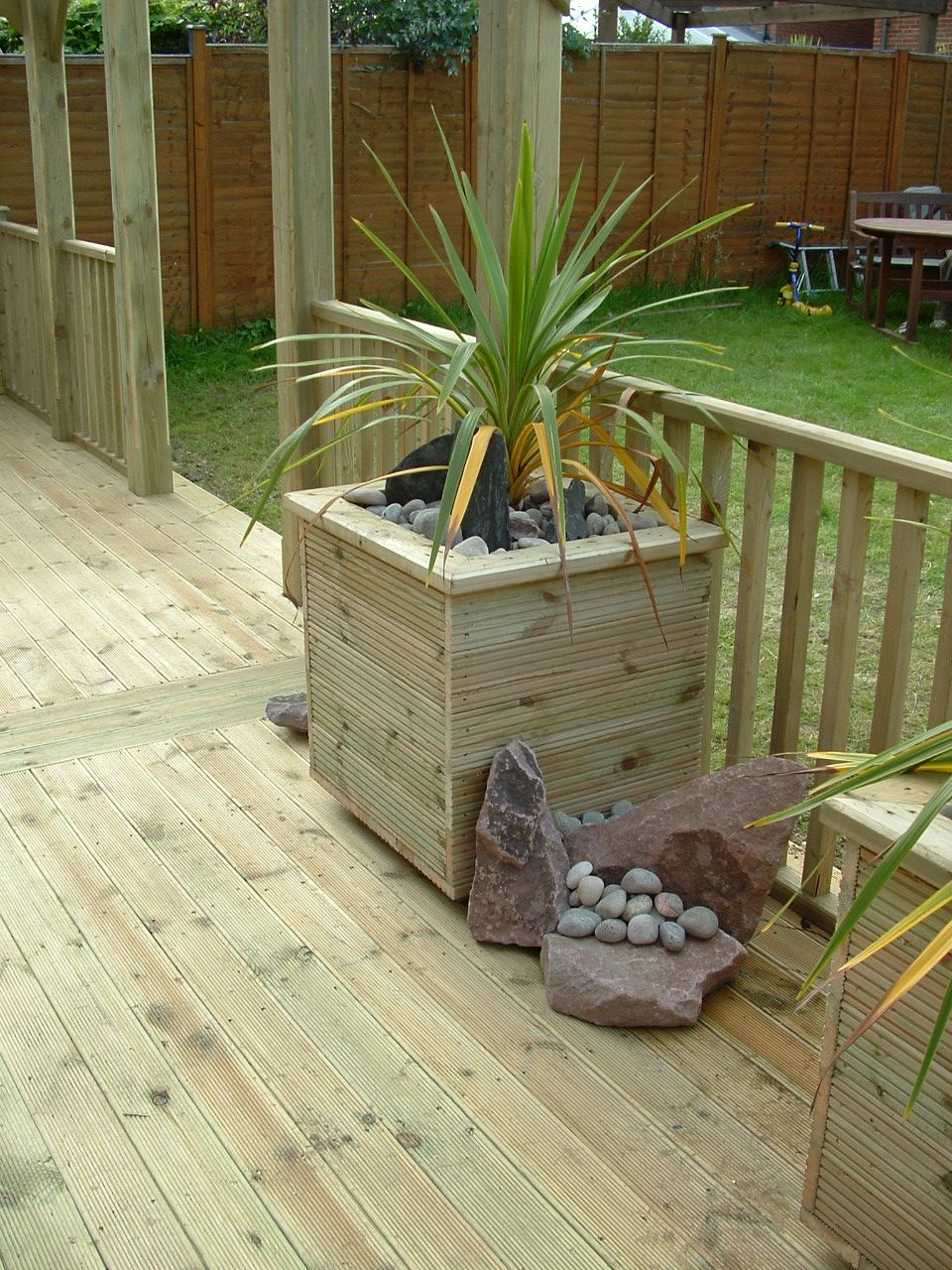 haymac deck with large planter