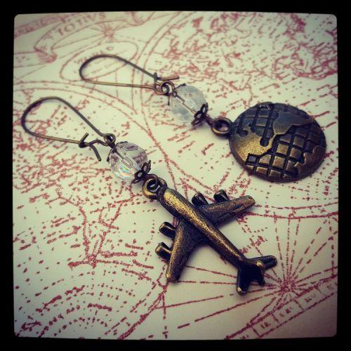 Travel globe and plane earrings VE056