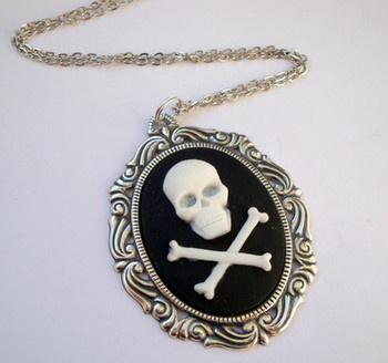 Large skull & crossbones cameo pirate necklace PN009