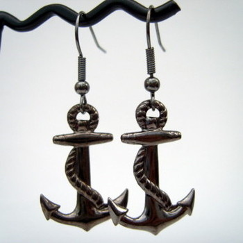 Black plated anchor earrings PE007