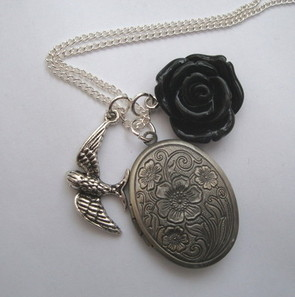 VN037 Secret Memories locket & black rose vintage style necklace