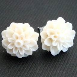 Vintage style ivory chrysanthemum flower earrrings VE017