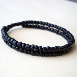 Men's coil beaded bracelet in black MB003