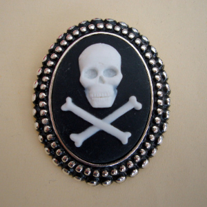 P001 Pirate skull & crossbones cameo brooch