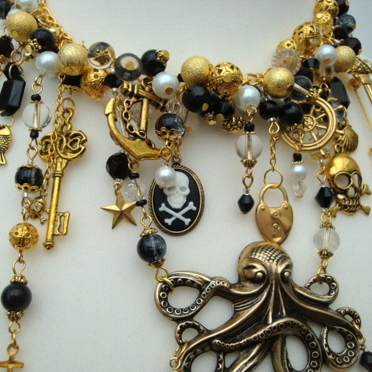 Pirate statement charm necklace in gold & black PN140