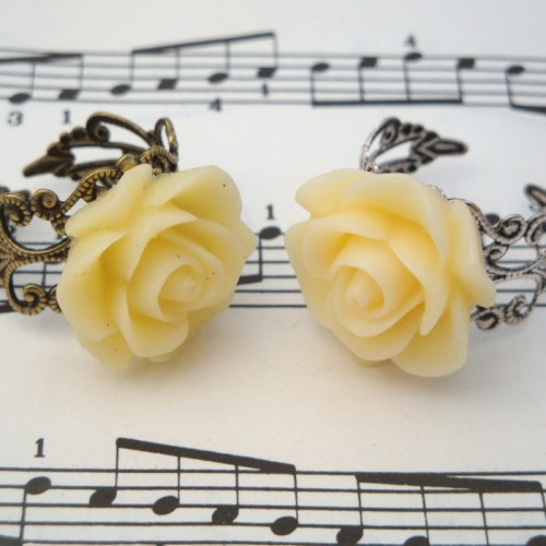 Vintage inspired rose ring on filigree base - cream