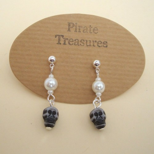PE040 Pearls & Skulls pirate earrings