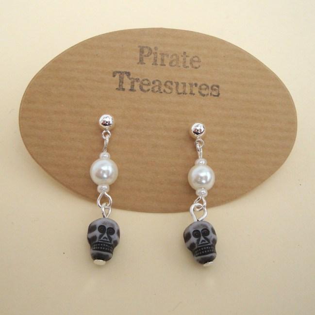 PE040 Pearls & Skulls pirate earrings
