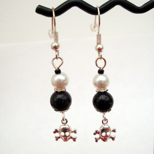 PE029 Black & white pearl pirate earrings