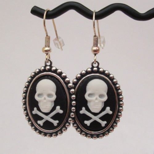 PE014 Black & white Skull & crossbones cameo earrings
