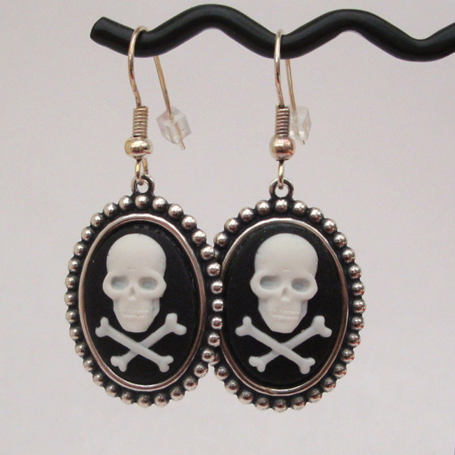 Black & white Skull & crossbones cameo earrings PE014