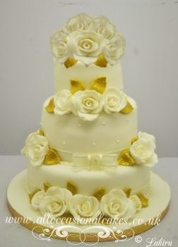 ivory roses with gold leaves wedding cake