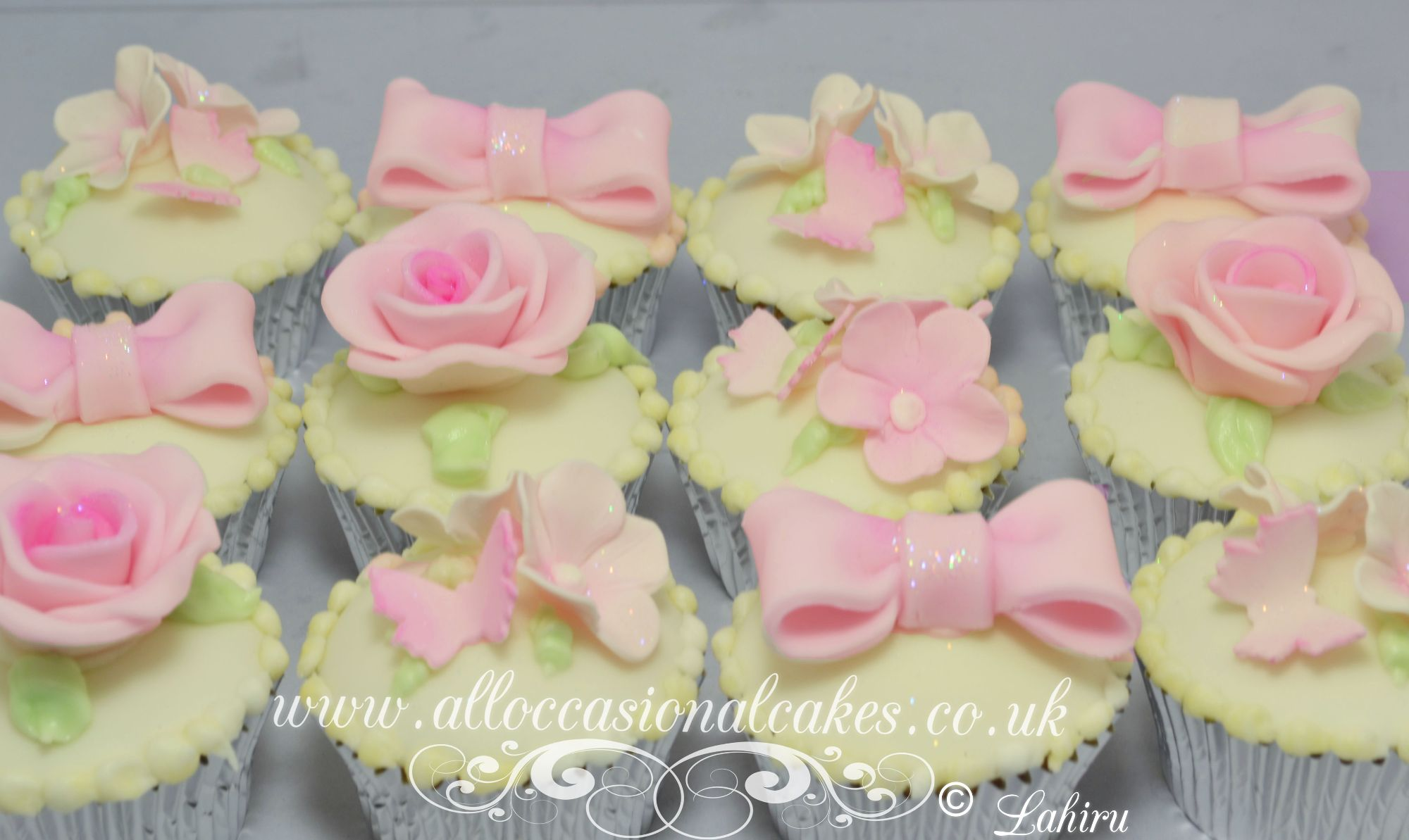 bow and flowers cupcake