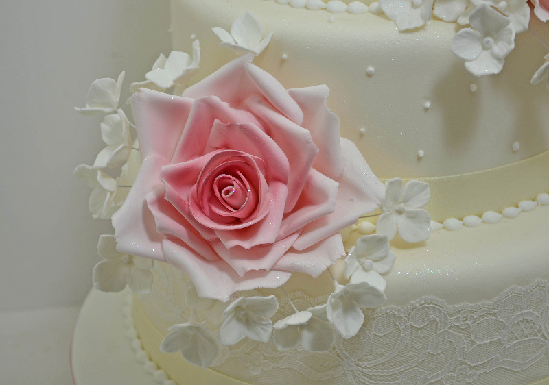 delicate rose wedding cake 2