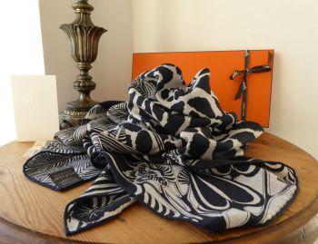 Hermés Silk Cashmere Chale Shawl Scarf 'Jaguar Quetzal' in Gris Chine, Bleu Noir & Gris