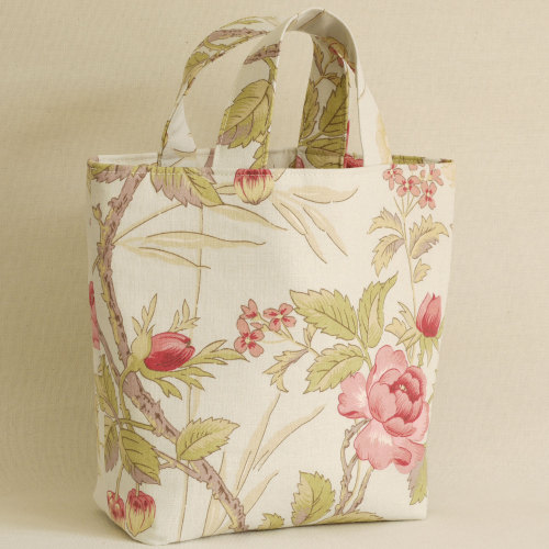 <!-110->Silk lined floral linen bag