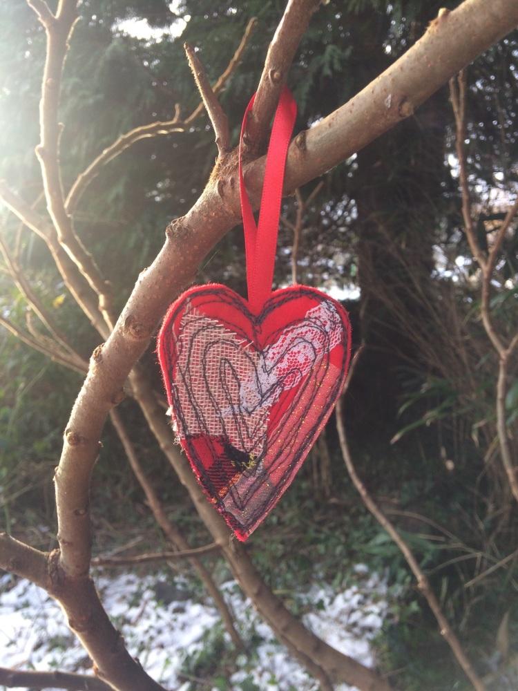 Addurn Calon Goch wedi'i phwytho - Embroidered Red heart