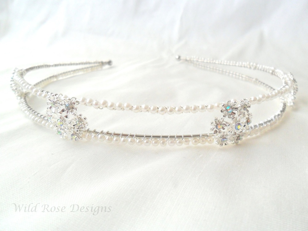 Pearl and diamante hair band.