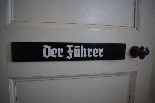 Der Fuhrer door plaque