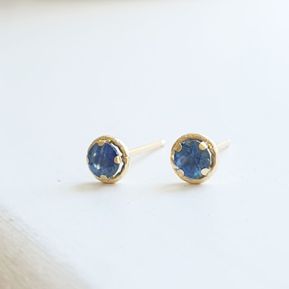 Stunning Blue Sapphire and 9ct Gold Stud Earrings