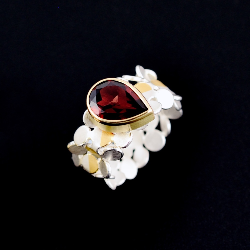 Parallelogram ring with garnet