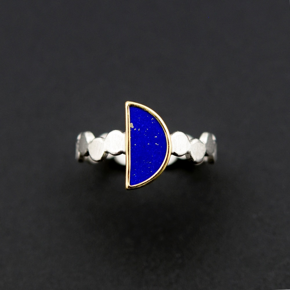 Simple pattern ring with half-moon lapis lazuli