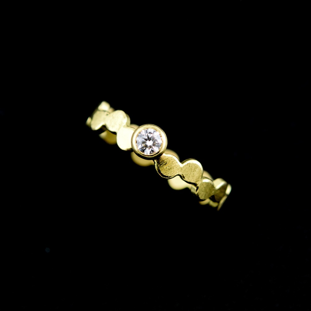 Simple pattern gold ring with diamond